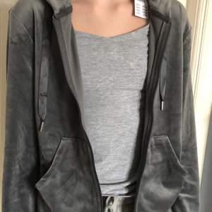 Grå dragkedje tröja från Ginatricot i storlek S. Har en dragkedja, 2 fickor och en luva. Den är helt oanvänd och har lappen kvar. Om fler är intresserade så budar vi från 100.