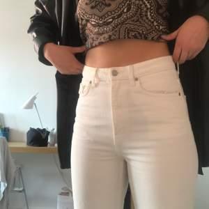 Säljer mina vita weekday jeans, row i storlek 29/30. Jag är ca 172cm och tycker personligen de är lite korta. Utgångspriset är 250kr (kan både höjas och sänkas).