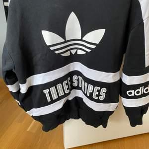 Adidas sweatshirt i bra skick, köpte via Plick å enbart testad. Säljer då den inte riktigt passade mig. Frakt tillkommer