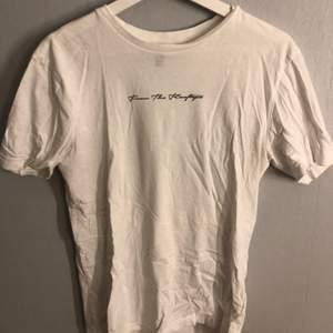 Vit t-shirt med tryck!! Köparen står för frakten❗️