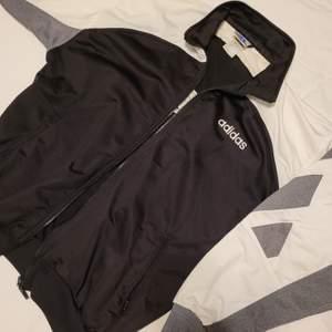 Så nu säljer jag min sista Adidas tröja. Den här har lite små fläckar på ärmarna MEN ingenting som syns mycket. Ena ficka har hål. Annars är den amazing, strl 40/42, så stor och skön 🤩