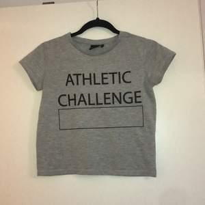 En grå t-shirt, svarta tränings tights med bra passform, en mönstrad tunn träningsjacka. Säljs antingen som helt set eller separat. Frakten beror på hur många plagg du köper. Piriset är 100 kr (utan frakt) flr hela settet eller 40kr/del (utan frakt)