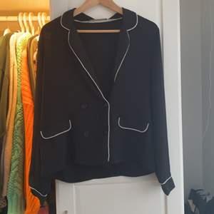 En fin svart skjorta från zara med vita detaljer!