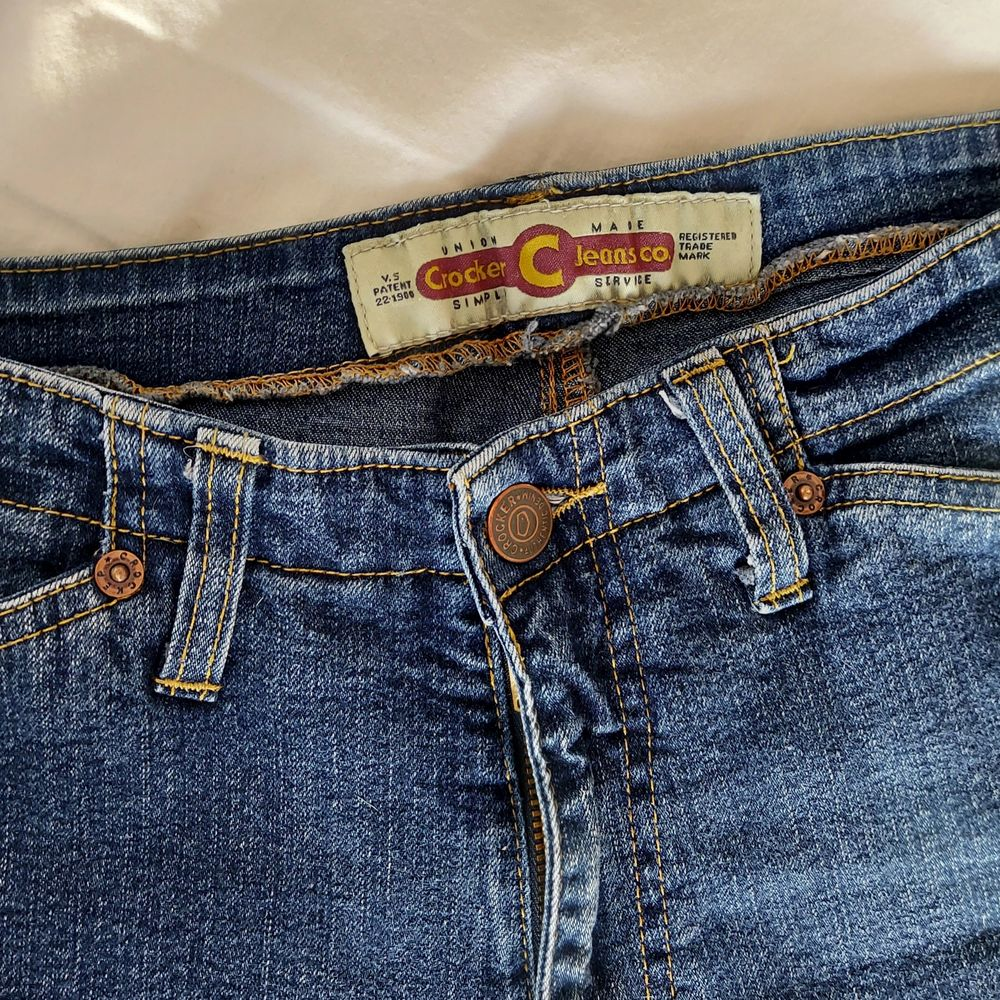 Ett par mörkblåa vintage crocker jeans. Midwaist med lite flare ner mot fötterna, riktigt snygg fit. Står size M men skulle säga att dom passar mig med waist ish 26/27 och dom går till mina anklar (är 180 cm). Kan ta mått om det önskas. Jeans & Byxor.
