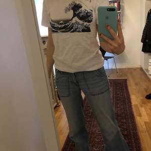 Favorit från Uniqlo! Stilren T-shirt med känt konstverk som tryck. Storlek XS men passar även mig som vanligtvis bär S och är 173cm lång.