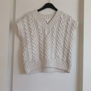 En beige stickad pullover från H&M i storlek M.