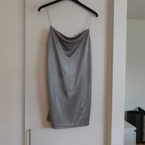En mintgrön sidenklänning från Zara i storlek S med en vattenfall u-ringning. Fraktkostnaden tillkommer.