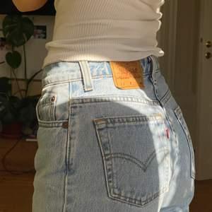 Fina Levi's 550 jeans köpta på Beyond Retro ! Superfina men lite för långa på mig vilket är varför jag säljer dem vidare. Står strl L på lappen men såhär sitter de på mig som brukar ha S/M. Skriv om ni har några funderingar !