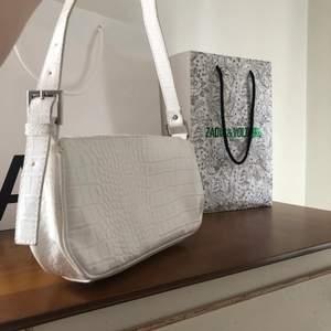 Säljer min vita baguette väska från Bik Bok! Väska är i nyskick eftersom jag aldrig använt den! Ny pris 300 kr❤️