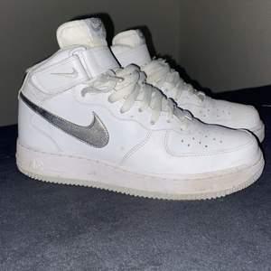 Dessa as feta skor säljer jag åt en kompis! De är i storlek 42,5 och nypris är 1200kr väldigt fint skick och de är använda ett fåtal gånger🤩 säljer för 650kr men kan gå ner vid snabb affär