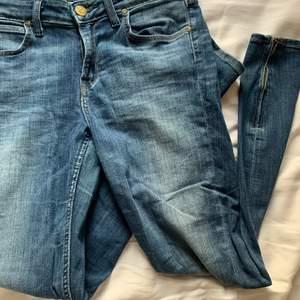 Lee jeans i scarlett cropped modell. De är tighta hela benen och stretchiga i modell. De har dragkedja längts ner på benen. Använda få gånger. Storlek W29 L33 passar mig i läng som är 165. Passar storlek M