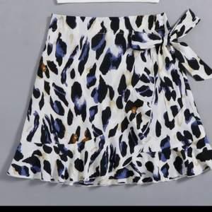 Super fin omlottkjol i ett leopardaktikt mönster. Köpt förra sommaren men har inte kommit till användning och tar därför bara plats i garderoben. Kjolen passar mig som har stl S i vanliga fall, mqn kan även knyta kjolen i midjan så att den sitter så hårt/löst man vill.