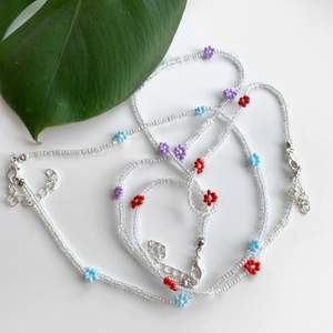 🌸Blommiga halsband av glaspärlor🌸 Finns tre färger att välja mellan! Blå / lila / röd 🌼 Reglerbart 🌼 36-42 cm långt 🌼 Elastiskt 🌸 Har även en annons där man ser hur de sitter på🌸