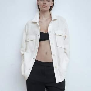 Jacka från Zara i oversize modell köpt förra sommaren använd en gång. Bra kvalitet, lite tjockare. Köptes för ca 500