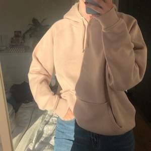 """Skön beige hoodie från Bikbok🤎 (ser ljusrosa ut i solen men är lite """"mörkare"""" beige irl) står L på lappen men passar mig bra som är en S så skulle nog säga att den ungefär är en S! Kan frakta också! (köparen står isåfall för frakten)"""