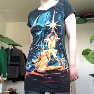 Cool och retro Star Wars tröja. köpt andra hand men aldrig använd av mig. Passar mig med storlek s som på bilden. Kan mötas upp annars tillkommer frakt