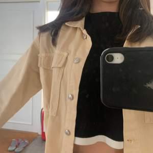Beige jeans jacka från Zara. Super fin till sommaren och när man är brun. Aldrig använt endast hängt i garderoben. Storlek S men passar XS-L beroende på önskad passform. Köparen står för frakt