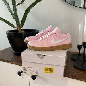 Säljer ett par Air Jordan 1 low arctic pink gum i storleken 36,5!  Skorna är helt nya och kvitto finns självklart! Bara skicka ett meddelande om man vill ha mer bilder eller veta nått om skon😊