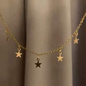 kort guldigt halsband med stjärnor