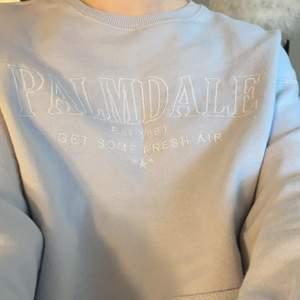 Sååå fin babyblå croppad sweater från Pull & Bear köpt i Sarajevo. Jättefint skick och tröja som säljes för att jag tyvärr inte använder den