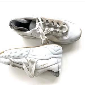 """Sneakers modell """"Manhattan Nappa"""" i nappaskinn från Acne Studios. 90-tals inspirerad modell med tjock platåsula och detaljer i mocka. Acne Studios-logga i guld. Väldigt bra skick (minimala slitningar, se sista bild). Originalpris: 4000kr. Se utgångspris."""