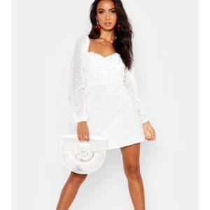 Säljer denna fina klänning från Boohoo pga förliten (har normalt storlek 38).. köparen står för fraktkostnad🌼