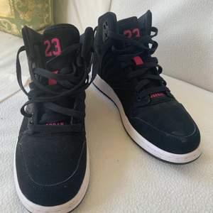 Helt oanvända jordan skor köpta i USA aldrig använda utomhus. Storlek 39. Ni kan även spåra paketet när jag skickar dom.