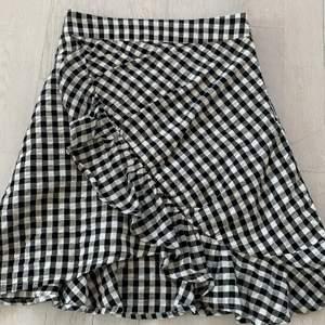 Säljer en superfin kjol från BikBok. Köpt förra sommaren men har inte använts sedan dess. Frakt tillkommer🌸