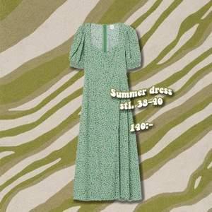 Säljer en klänning som köptes förra sommaren. Fin hjärt-urringning och slits i kjolen. 🌿 Bild två är lånad ✨
