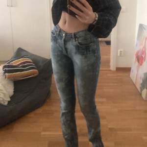 Snygga mellanmidjade acne jeans som jag blekt själv samt klippt på sidorna nertill💕