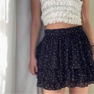 Superfin kjol från Zara som inte säljs längre. Bud från 100+ frakt, köp direkt för 300+frakt🤍