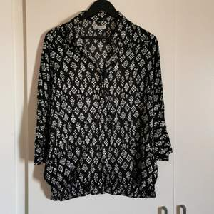 A good quality blouse from The Shirt Factory. Nice and airy, flowy for the summer. 3/4 arms. Original price: 1100kr