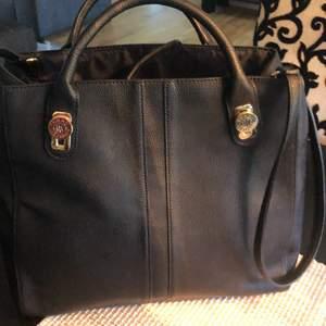 Tommy Hilfiger väskan inte äkta helt ny aldrig använd stora modellen 300kr frakt tillkommer
