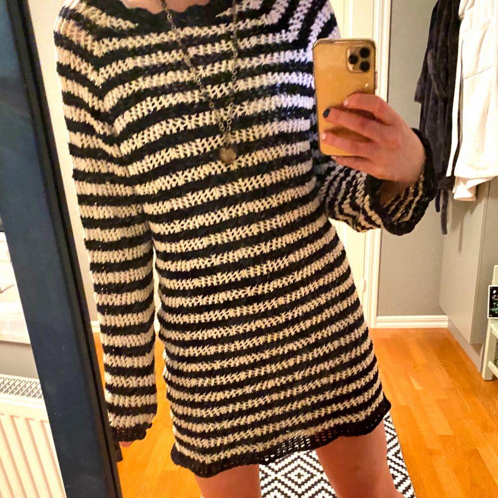 Säljer denna jättemysiga randiga klänning, aldrig använd!!  . Klänningar.