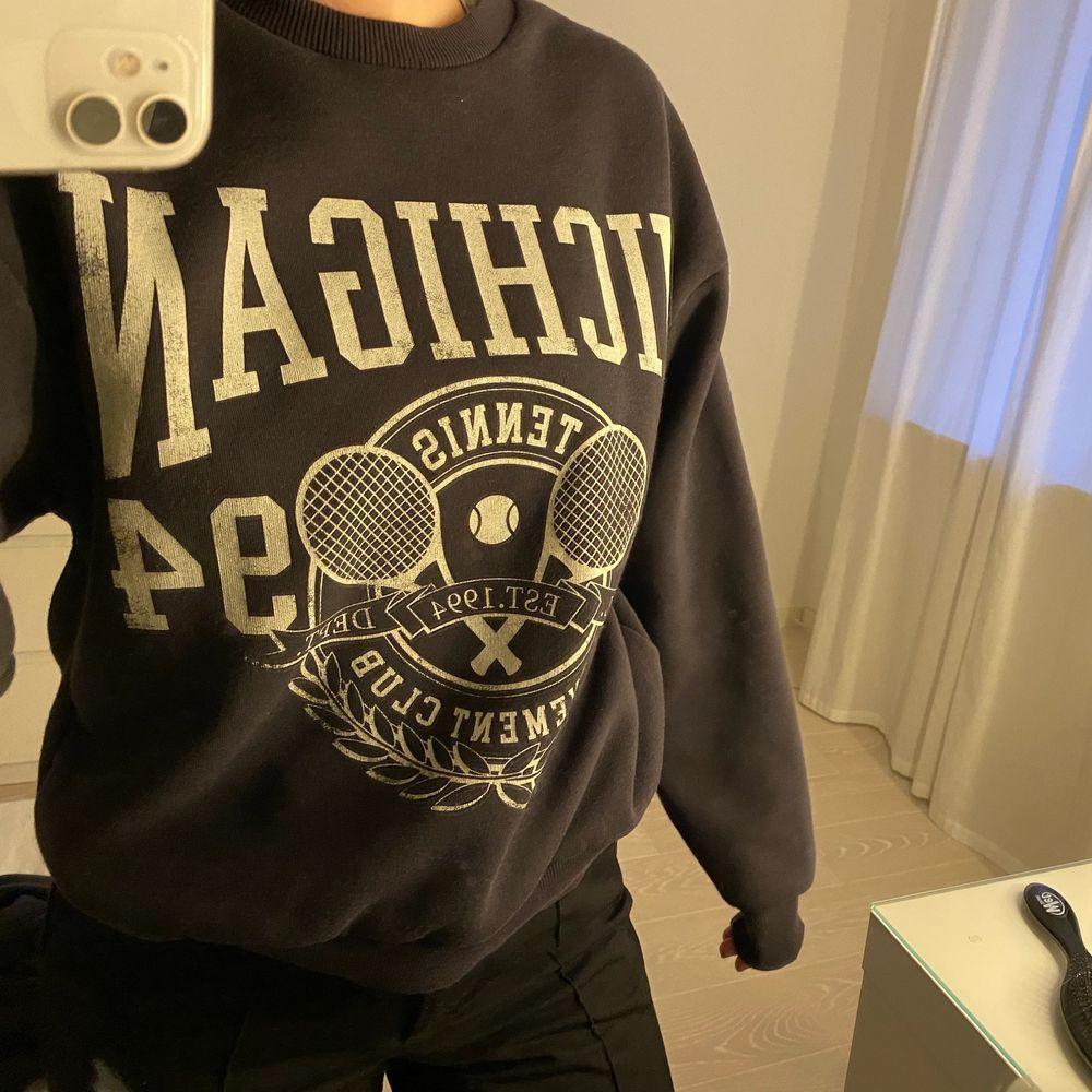 Säljer denna sweatshirt från ginatricot som inte kommer till användning. Köpare står för frakt på 66kr . Tröjor & Koftor.