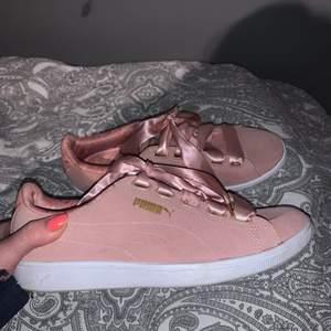 Säljer mina puma sneakers i strl 38💖 endast använda Max ett fåtal ggr. Som man ser på sista bilden så har dom lite fläckar här och var:/ köpare står för frakt📦
