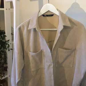 En vårfräsch Manchester skjorta från Zara, som jag säljer då jag behöver rensa min garderob. Den är oversizad, och kan användas båda som skjorta eller jacka när det är lite varmare!!