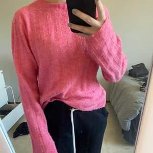 Rosa stickad tröja från h&m i xs, bra skick, kanske något nopprig men inte speciellt mycket.