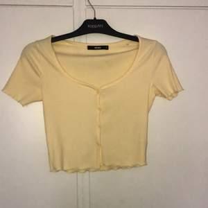 säljer denna gula toppen från bikbok pga ingen användning, strl XS-M älskar den färgen skit snygg, har även en vit som jag lägger upp snart, super fin till sommaren, 50kr eller bud därifrån😝😝