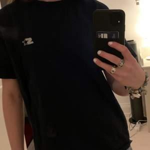 Tshirt köpt second hand, det står ingen storlek men skulle gissa på S😇 obs den är inte smutsig utan det är spegeln!❤️