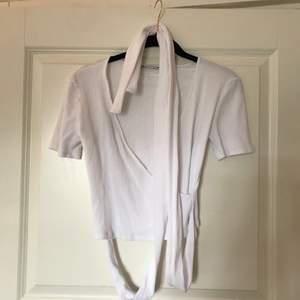 En kort ärmad tröja från Zara som nästan är helt ny. Vita band finns som man ska knyta runt vilket är en så fin detalj. Köpare står för frakt💗 (kan även mötas upp)