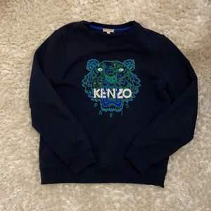 Mörkblå kenzo tröja/ sweatshirt. Kids storlek. Använd ganska många gånger så den är lite nopprig men det tycker jag verkligen inte gör något! Köpt i nypris 1500kr men säljer den för 300kr! 🤩Säljer då den har blivit för kort i armarna. Kontakta mig för mer information eller frågor! 🥰💕⚡️