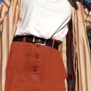 Jeanskjol från weekday med fickor både fram och bak. Svårt att bestämma mig för om den är brun eller orange haha men fin iallafall!!