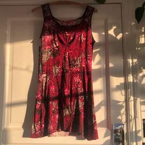 En jätte söt klänning jag sytt in på vissa ställen för att den ska vara mer figursydd, säljer pga kommer inte längre till användning... Köparen står för frakten <3