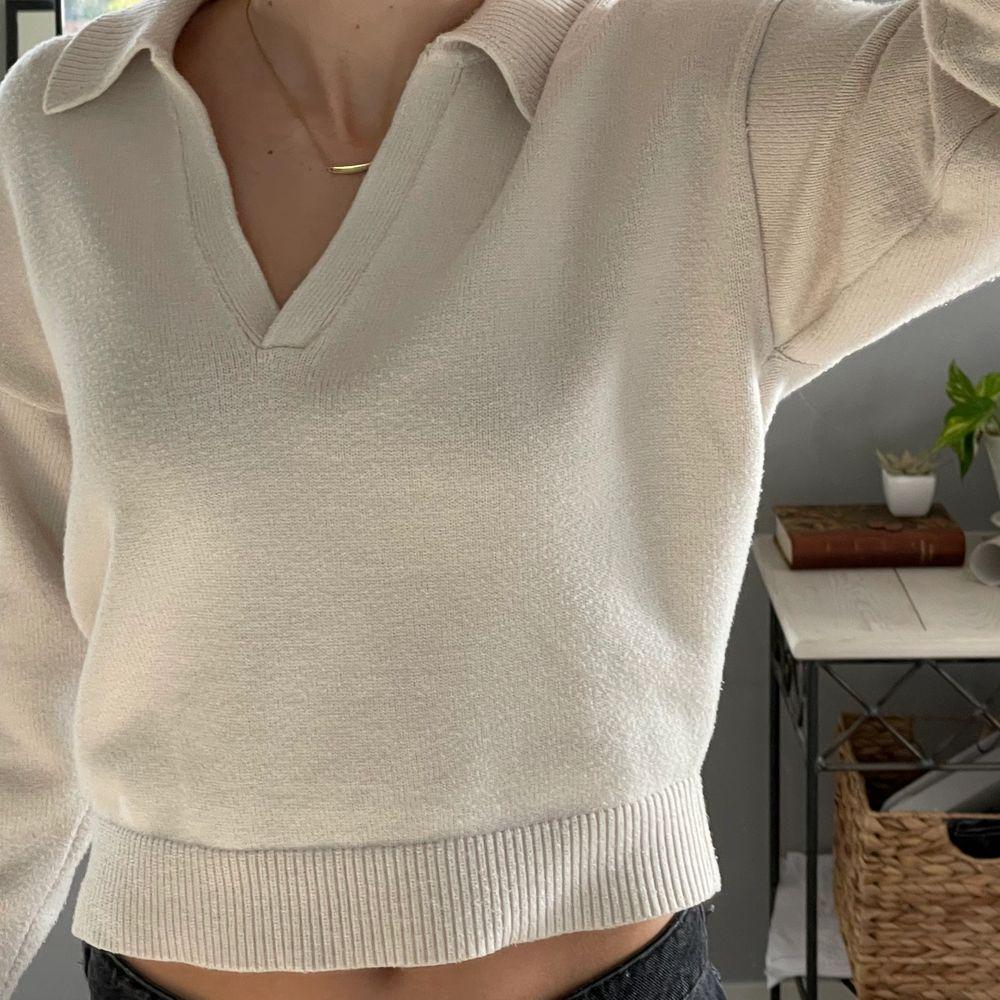 BUDA i kommentarerna!! Säljer min fina slutsålda tröja från Zara som tyvärr inte kommer till användning!!🤍Frakt tillkommer. Stickat.