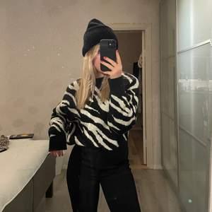 Super fin zebra tröja från mango. Använd sparsamt. Super mysigt material. Storlek xs. Ny pris 499kr