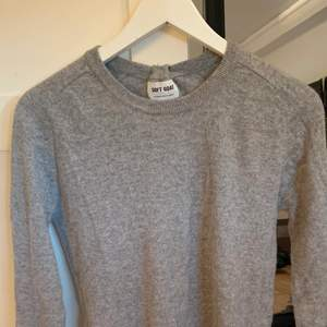 Säljer denna kashmir tröja från soft goat. Storlek L men jag på bilden är S. Frakt tillkommer