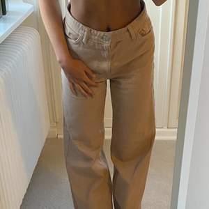 Jättefina beiga jeans från monki som tyvärr är för stora för mig💖 Dom är bara använda ett fåtal gånger och är i bra skick. Jag är 155 lång. Buda!!😚😚😚😚