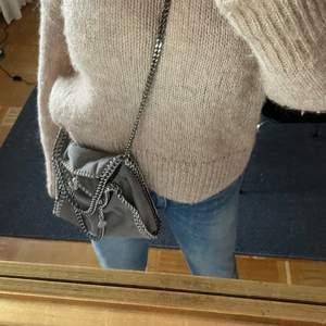 Säljer min så snygga stella väska 💗 den är ljusgrå och i modellen MINI! Köpt på vestaire och är i super bra skick!!!! Buda från 3000