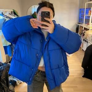 Blå jacka fråm lager 157 storlek L men sittet snyggt om man är en s-m lite oversized, helt ny med lappar kvar💙💙